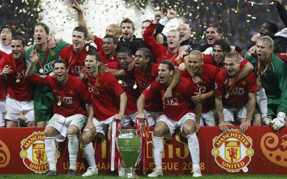Manchester United team celebrate the tro